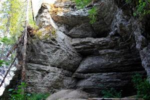 Грот Столбовой на вершине скалы